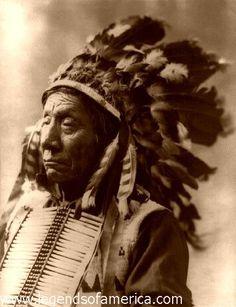 """Eagle Chief (Letakos-Lesa) Pawnee: """"alle Dinge in der Welt haben 2 Seiten. unser Geist ist ein doppelter: gut und böse. mit unsern Augen sehen wir 2 Dinge, Gerechtes und Hässliches.... unsre rechte Hand kämpft und tut Böses, und unsre linke ist voller Freundlichkeit, nah dem Herzen. ein Fuß führt uns zu einem bösen Weg, der andere führt uns möglicherweise zu einem guten. so sind alle Dinge zwei."""""""