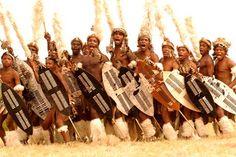 GUERREIROS DO POVO ZULU DA AFRICA DO SUL, ERAM TIDOS COMO OS COMBATENTES MAIS TEMIDOS DAS TRIBOS AFRICANAS, HOJE É CLARO MUITA COISA MUDOU, MAS SABEMOS QUE QUEM FOI REI NUNCA PERDE SUA MAJESTADE.