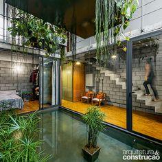 Revista Arquitetura e Construção - Pátios internos trazem luz natural à casa