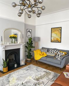 Winter decoration ideas at home wintery motive serving board - ENGILISH MODELB Living Room Grey, Home Living Room, Living Room Designs, Living Room Decor, Grey And Yellow Living Room, Victorian Living Room, Victorian House Interiors, Front Room Decor, Lounge Decor