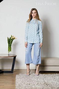 Нежно-голубая блузка в крупный горох