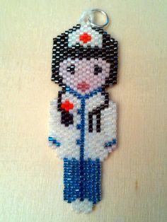 Enfermera con miyuki. Peyote stitch nurse Brick Stitch Earrings, Seed Bead Earrings, Seed Beads, Peyote Patterns, Beading Patterns, Bead Loom Bracelets, Beaded Animals, Beading Projects, Pony Beads