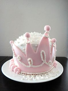 Worth Pinning: A Cake Fit for a Queen Maybe put the crown flat on top of a wider cake?