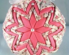 Spring/Summer Quilted Ornament by OrnamentsByRebeccaT on Etsy Country Christmas Ornaments, Quilted Christmas Ornaments, Diy Ornaments, Ball Ornaments, Christmas Balls, Christmas Crafts, Christmas Decorations, Folded Fabric Ornaments, Bow Hanger