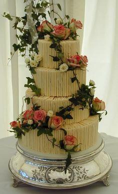 Bolo de casamento com 4 andares e decorado com flores reais.