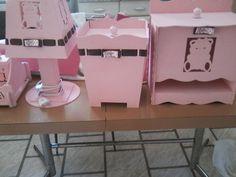 kit bebe contendo: abajur, porta fralda, lixinho, kit higienico + bandeja com nome do bebe escrito e de brinde porta maternidade.. R$ 289,50