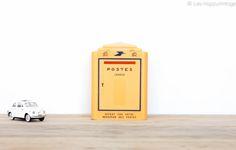 Tirelire publicitaire en plastique moulé jaune vif leshappyvintage.fr