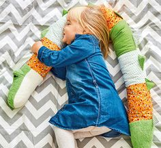 Eine kuschelige Kissenrolle ist ein wunderbares Geschenk für Babys und Kinder. Ob zum Kuscheln, Spielen oder als Deko - dieses Krokodil kommt garantiert gut an! Wir zeigen dir, wie du die Rolle einfach nacharbeiten kannst!