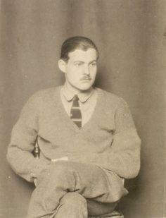 Ernest Hemingway  fue un escritor y periodista estadounidense, y uno de los principales novelistas y cuentistas del siglo XX. Ganó el Premio Pulitzer en 1953 por El viejo y el mar y al año siguiente el Premio Nobel de Literatura por su obra completa.