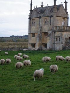 England Travel Inspiration - Chipping Campden, UK Gatehouse between cathedral and graveyard England Ireland, England And Scotland, England Uk, The Places Youll Go, Places To See, Foto Art, English Countryside, British Isles, Highlands