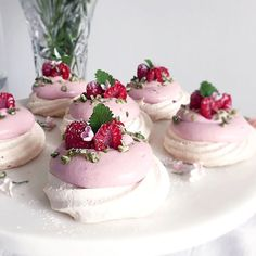 Pavlova with raspberry cream! Swedish Recipes, Sweet Recipes, Cake Recipes, Dessert Recipes, Vegan Desserts, Delicious Desserts, Cake Cookies, Cupcakes, Bagan