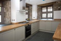 Howdens burford grey with wood surface and slate grey floor.god I love this kitchen! Kitchen Tiles, Kitchen Flooring, New Kitchen, Kitchen Dining, Kitchen Decor, Kitchen Cabinets, Slate Floor Kitchen, Howdens Kitchens, Home Kitchens