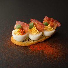 Un classique de nos buffets froids d'antan: l'œuf farci ou œuf mimosa! Pour votre plaisir, changer les garnitures et servez-le à l'apéro ou au brunch.