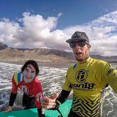 Así de bien seguimos todos los días con nuestros alumnos  en la #playa de #Famara con la escuela #oficial se @lasantasurf @lasantaprocenter @albert_lasantasurf . #surfers #surfparadise #surfcoach  http://ift.tt/SaUF9M
