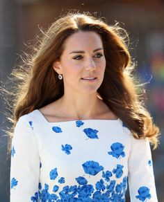 Kate Middleton Photos Photos - Catherine, Duchess of Cambridge arrives at Youthscape on August 24, 2016 in Luton, England. - The Duke and Duchess of Cambridge Visit Luton