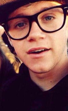OHMYGOD IT'S THE GLASSES AGAIN!!! FANGIRL ATTACK!!!!!!! NIALL IN GLASSES IS LIKE MY BIGGEST WEAKNESS EVER!!