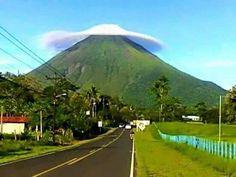 Costa Rica. Volcán Arenal con chonete.