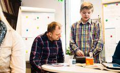 Oppilasagentti Otso Hahkala, 12, opettaa tietotekniikan käyttöä opettaja Jyrki Häggmanille Masalan koulussa.