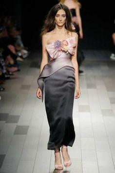 robe de soirée longue en quelques nuances de rose et quelques nuances de gris avec des grandes fleurs de tissu sur le buste