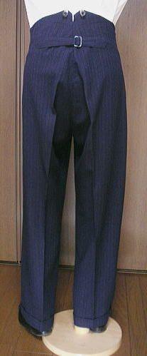 En général, le costume était 3-pièces avec un gilet, et les pantalons à pinces se portaient avec un large ourlet au bas. Si des boutons faisaient office de fermeture sur les pantalons formels jusqu'à cette date, la fermeture éclair inventée en 1925 par le jeaner Lee et alors réservée aux vêtements de travail (des jeans quoi !) se vit inclure pour éviter l'exposition inopinée des parties intimes due au manque d'un bouton. Elle fut aussi présentée comme une alternative moins coûteuse