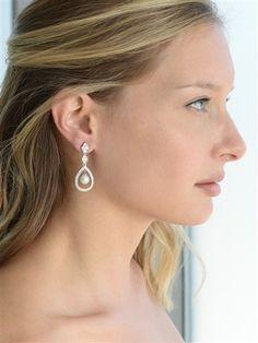 Nydelige øredobber med ivory perler og zirkon stener. Øredobbene er ca 3,5 cm lange og tilfører ekstra glitter til ethvert antrekk! Diamond Earrings, Pearl Earrings, Perler, Pavlova, Hair Jewelry, Wedding Jewelry, Wedding Day, Sparkle, Ivory