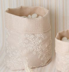 Sacco per confettata beige con ricami in tessuto Felt Dolls, Cotton Bag, Weeding, Confetti, Aurora, Sewing Projects, Shabby, Wraps, Bouquet
