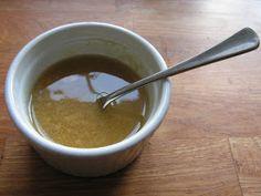 ½ tsk honning  1½ tsk dijon sennep  3 spsk olie  1 presset fed hvidløg  salt og peber   Alle ingredienserne piskes sammen til en tyk masse. ...