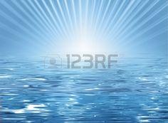 Abstracte zonnig strand achtergrond blauw water textuur en horizon met zon en stralen Stockfoto