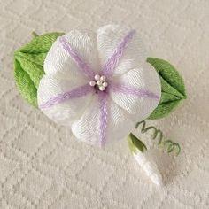 〈つまみ細工〉朝顔の髪飾り(白と藤色)の画像 Sewing Crafts, Diy Crafts, Kanzashi Flowers, Ribbon Art, Paper Folding, Hair Ornaments, Paper Quilling, Diy Crochet, Flower Crafts