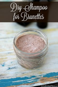 In between washes, dry shampoo is a convenient & quick way to refresh your hair! This DIY dry shampoo for brunettes is so easy to make and great for your hair! Instructions for blondes and redheads included, too! Dry Dog Shampoo, Diy Shampoo, Homemade Dry Shampoo, Natural Makeup For Blondes, Best Natural Makeup, Natural Beauty, Brunette Makeup, Baking Soda Shampoo, Diy Beauty