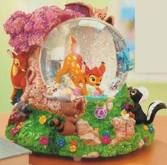 Welcome to the Collectors Guide to Disney Snowglobes. Information on over 2900 Disney snow globes. Water Globes, Snow Globes, Princesa Ariel Da Disney, Disney Figurines, Disney Statues, Disney Snowglobes, Disney Wishes, Tsumtsum, Disney Fanatic