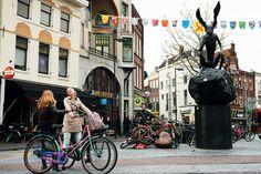 Estatua de Barry Flanagan en honor al Pensador de Rodin, en la plaza Neude, Utrecht