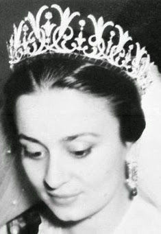 This is a very Western-looking tiara for an Arabic princess, but the lilies are so very art nouveau that I ADORE it. Tiara Mania: Princess Dina of Jordan's Diamond Lily Tiara Royal Crown Jewels, Royal Crowns, Royal Tiaras, Royal Jewelry, Tiaras And Crowns, Queen Noor, Princess Haya, Jordan Royal Family, Zeina