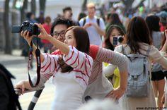 Pareja de coreanos haciéndose foto selka en Yeouido.