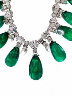 Emerald and diamond necklace Length: ca. 38 cm. Weight: ca. 45.65 g. 18 ct white gold. Accompanied by a gemmological report with valuation report by GÜBELIN no. 0906102 dated July 2009. Polished, fine Zambian emerald pampels, altogether ca. 90 ct, alternating with twelve briolette-cut diamonds, altogether ca. 7.2 ct, Snap closure with lentil-shaped, polished emerald, ca. 3.8 ct, and safe. Estimation 90.000/120.000€