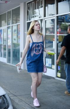 Fresh-faced Elle Fanning shows off her unique flare for fashion Kendall, Kylie, Elle Fashion, 90s Fashion, Denim Dungaree Dress, Dakota And Elle Fanning, Funky Dresses, Summer Outfits, Cute Outfits