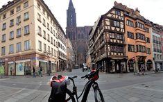 Juli_e_cycle en pause devant la cathédrale de Strasbourg. #velo #bicyclette #veloelectrique #ebike #vae #tourdefrance #cyclingtour #cyclotourisme #RestartCycleTourism #strasbourg #cathedrale #capitalevelo #voieverte #cyclingtour #juli_e_cycle #velafrica