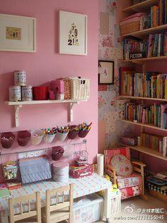 Tons de rosa e retalhos de tecido na parede do fundo