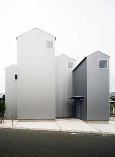 Auch wenn nur wenige Fenster die Fassade durchbrechen, bringt ein Innenhof Licht bis in den hintersten Winkel des Hauses. (Foto: Shuhei Goto)