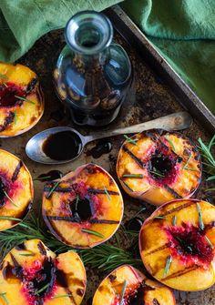 Gegrillte Pfirsiche mit Rosmarin und Balsamicoessig