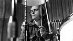 Фил Коллинз играет на барабанах. 1970г.