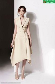 dress and coat outfit Sleeveless Blazer, Blazer Dress, Coat Dress, Simple Dresses, Dresses For Work, Dress Outfits, Fashion Dresses, Elegantes Outfit, Tuxedo Dress