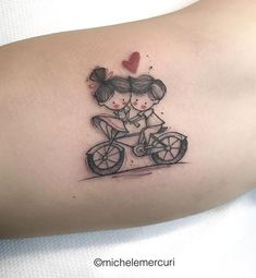 Tatuagem feita por Michele Mercuri da Itália. Casal fofinho andando de bicicleta com coração vermelho.