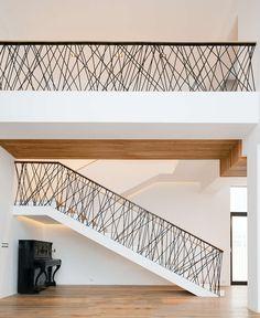 Esta é uma das escadas criativas, do tipo 'faça você mesmo'. O guarda corpo é fechado com elástico preto.