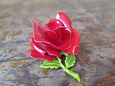Grande broche fleur (rose) Pin flower bud rouge red Mode Vintage, Vintage Brooches, Bud, Green, Flowers, Plants, Color, Pink Blossom, Handmade