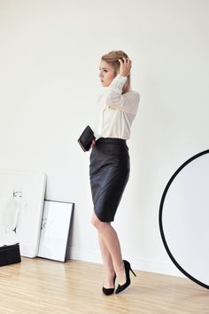 Black pencil skirt combined with white blouse. This outfit fits for both work and dinner.