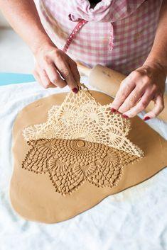 Frida visar hur man kan göra vackra mönster med hjälp av en virkad duk.