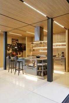 Galeria de Syshaus / Studio Arthur Casas - 18 Modern Prefab Homes, Modular Homes, Studio Arthur Casas, Metal Kitchen Cabinets, Best Kitchen Design, Freestanding Kitchen, Casas Containers, Wooden Ceilings, Storage Places