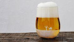 """空っぽでも十分イケてるけれど、ビールを注げばより味が出る。実はいま、そんなグラスの注目度がグングン上がっているようなんです。ビールが夕空を演出し、風景がノスタルジックなものに!これは、吹きガラス作家として活躍中の鈴木知子氏の作品「horizon」。注ぐ飲みものの種類によって、風景の印象が変わる""""粋""""なグラスです。たとえば、オレンジジュース。ビールが飲めない小さな子どもでも、これなら喜ぶこと間..."""