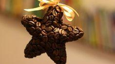 A kávé szerelmeseinek tetszeni fognak a következő, kávészemekből egyszerűen megvalósítható dekorációs ötletek.